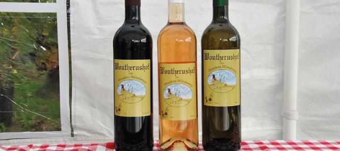 3 flessen wijn op een rij